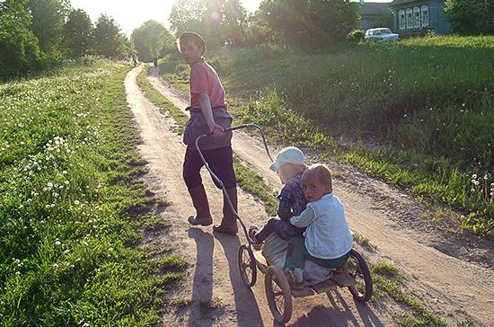 СМИ: в России могут увеличить пособие на детей для малоимущих семей