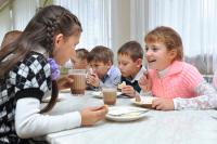 Правительство распределит 22 млрд рублей на горячее питание для школьников