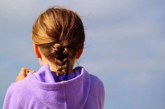 Врач рассказала об опасности тугих косичек для школьниц