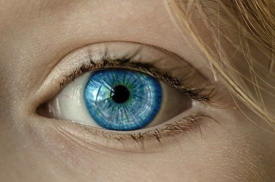 Офтальмолог рассказал об опасности ношения цветных линз
