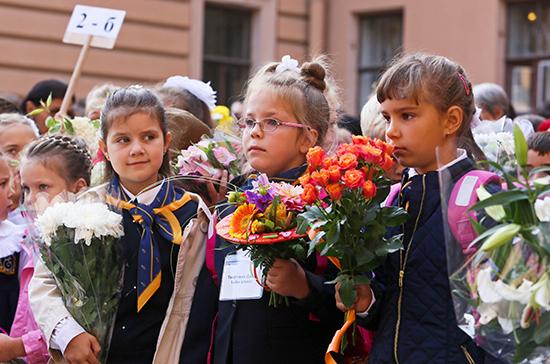 Роспотребнадзор рекомендовал проводить школьные линейки наоткрытом воздухе