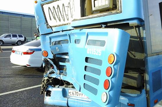 Автобус с пассажирами и самосвал столкнулись на Калужском шоссе в Москве