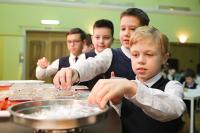 Путин поручил кабмину разработать поэтапный график организации горячего питания школьников