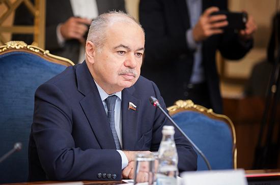 Межпарламентские связи России и Азербайджана развиваются по нарастающей, заявил Умаханов