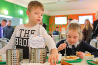 Путин потребовал не затягивать решение вопроса с горячим питанием школьников