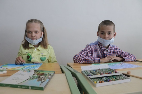 Роспотребнадзор разъяснил, что школьникам не обязательно носить маски на уроках