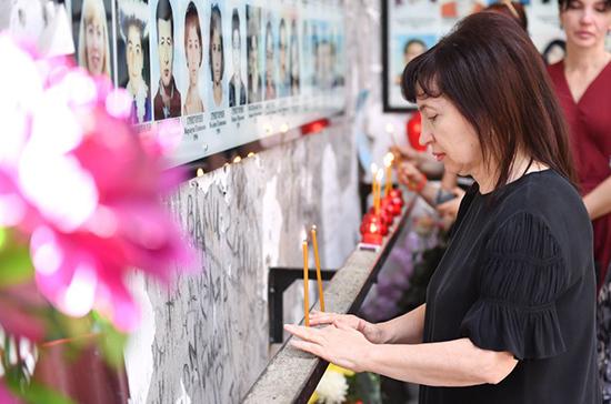 Память жертв теракта почтили на траурной церемонии в школе Беслана