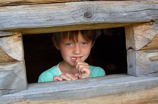 Более 1300 детей-сирот устроили в семьи с начала года в Подмосковье