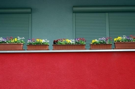 Юрист рассказал об угрозе разведения цветов на балконе для прохожих