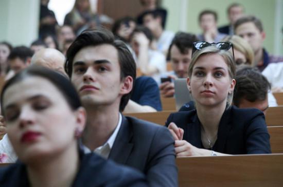 В 2020 году в вузы поступили 620 тысяч студентов, сообщил Фальков