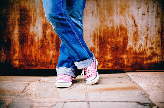 Врач рассказала, кому противопоказано носить джинсы с высокой талией