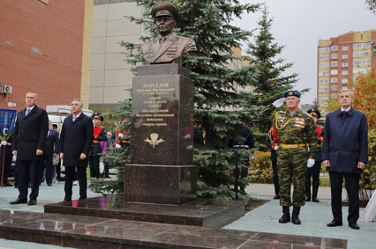 В Тюмени открыли памятник «отцу» ВДВ генералу Маргелову
