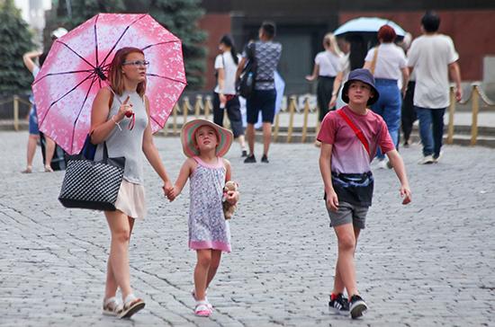 Путин поручил предусмотреть увеличение размера выплат семьям с детьми