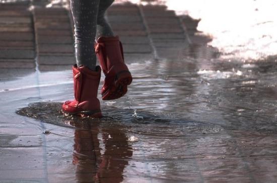 Дерматолог рассказала, чем опасны дождевики и резиновые сапоги