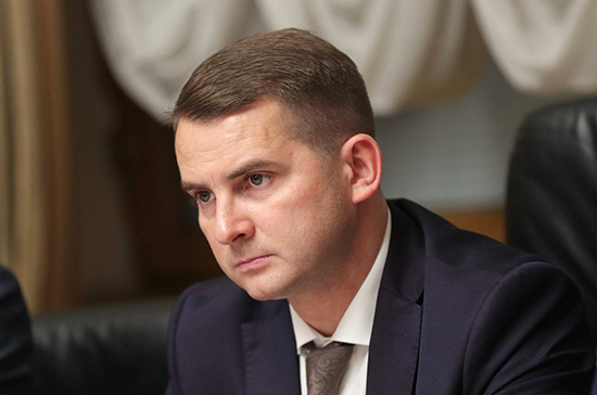 Ярослав Нилов предлагает не штрафовать водителей за пресечение разметки на парковке