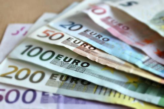 Рубль за квартал подешевел к евро на 11,05