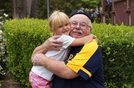 Бабушкам и дедушкам предлагают облегчить участие в воспитании внуков