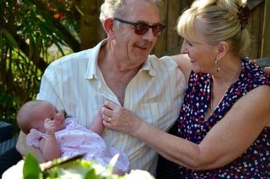 Эксперт: законопроект о праве проживания детей с бабушками поможет сохранить семью