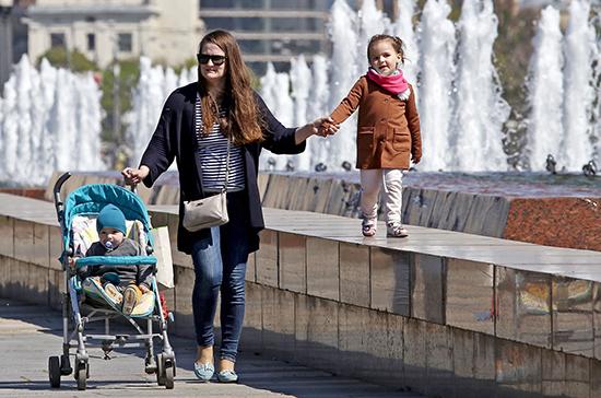 Регионы получат около 10 млрд рублей на выплаты семьям с детьми