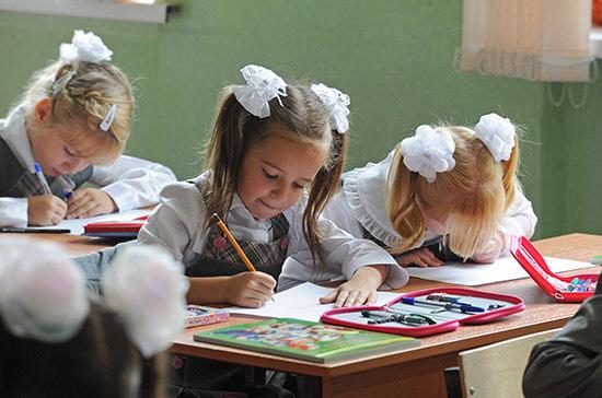 Школы Подмосковья продолжают работать штатно, заявили в Минздраве региона