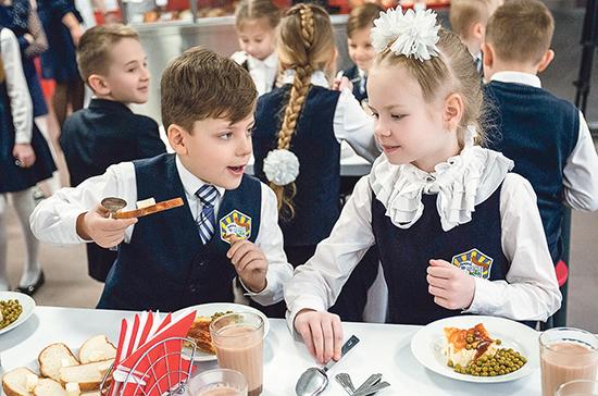 Минпросвещения: количество обращений по бесплатному питанию для школьников снизилось