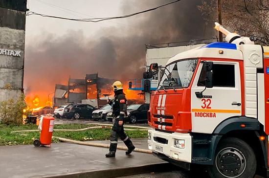 На юге Москвы загорелся склад с газовыми баллонами