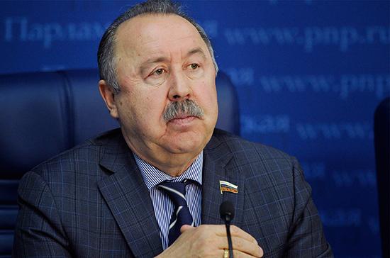 В Госдуме ждут от кабмина три проекта о защите прав коренных малочисленных народов, рассказал Газзаев