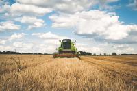 Сельским работникам предложили сохранить надбавку к пенсии при переезде в город