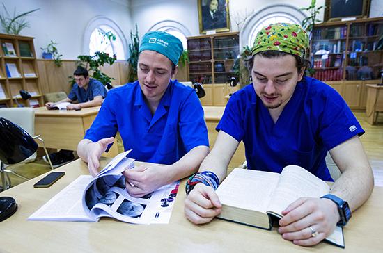 Путин поручил ввести доплаты студентам, помогающим бороться с COVID-19