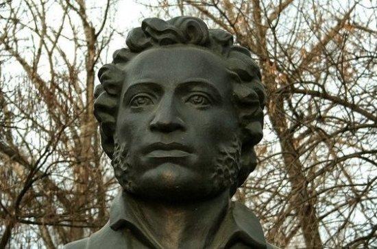 Пушкин не утверждал, что «чем меньше женщину мы любим, тем легче нравимся мы ей»