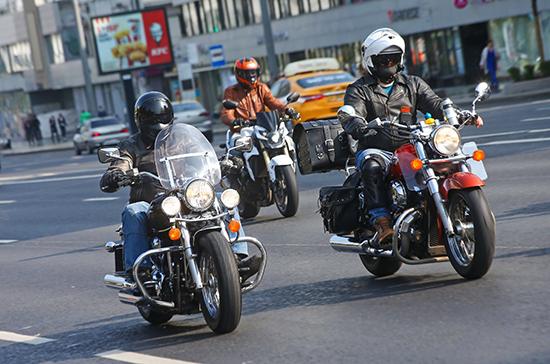 Мотоциклистам предлагают разрешить парковку на тротуаре и мигалки