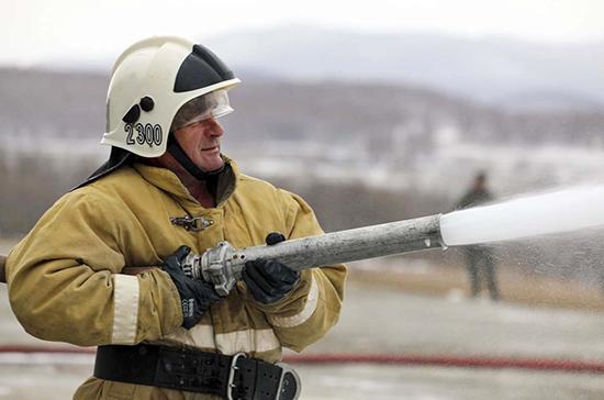 Торговый павильон загорелся на рынке в Ростове-на-Дону