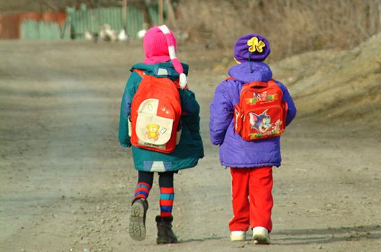 В ранцы школьников предложили вшивать GPS-маячки