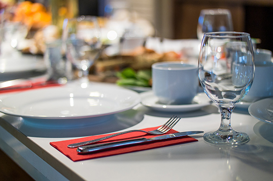 Посуду в ресторанах можно будет мыть только губкой