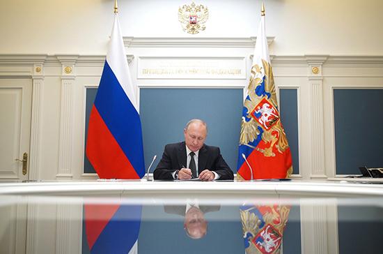 Путин подписал указ о выплатах семьям с детьми до 8 лет