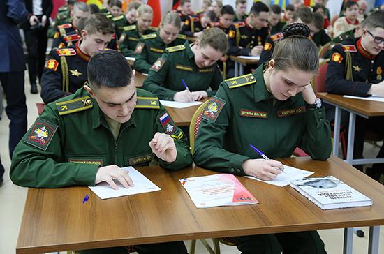 Учащихся военных вузов привьют от COVID-19 после новогодних каникул