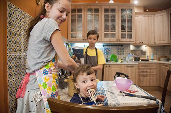 В Петербурге многодетным выплатят по 3 тысячи рублей на каждого ребёнка к Новому году