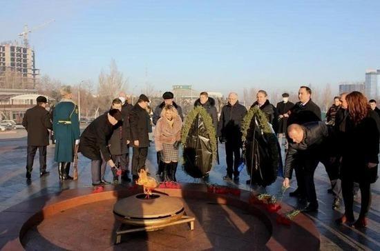 Российские сенаторы возложили венки к мемориалу «Памятник Победы» в Бишкеке