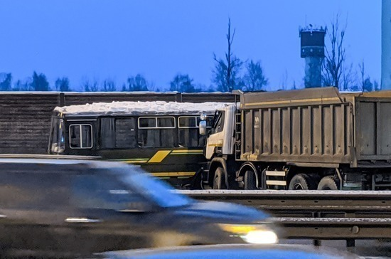 В Подмосковье столкнулись четыре автобуса и грузовик