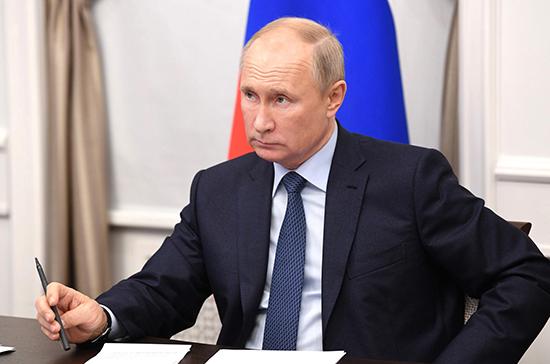 Путин отметил актуальность темы готовности школ к работе онлайн