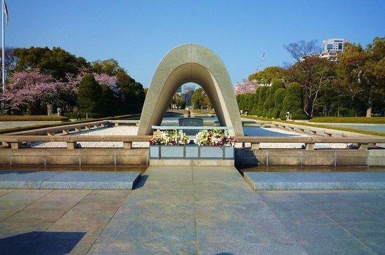 Когда американцы сбросили атомную бомбу на Хиросиму?