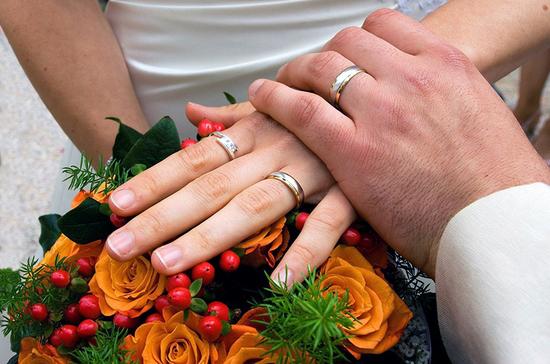 В сейме Латвии вызвало скандал предложение считать брак союзом мужчины и женщины