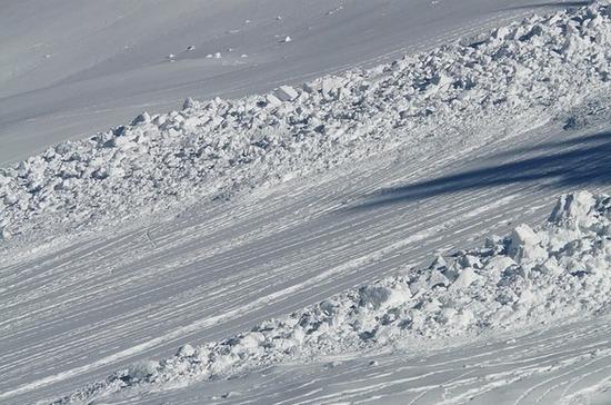 Один человек погиб под лавиной в горах в Домбае