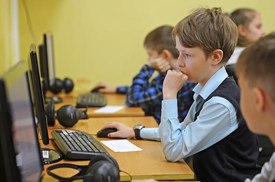 В Роспотребнадзоре напомнили о запрете учёбы по мобильному телефону