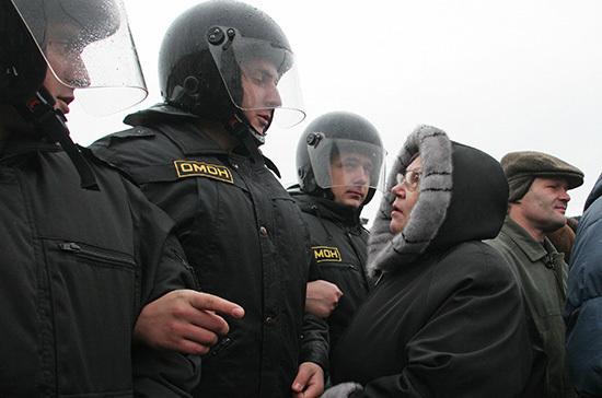 Около 4 тысяч человек участвуют в незаконной акции в центре Москвы, заявили в МВД