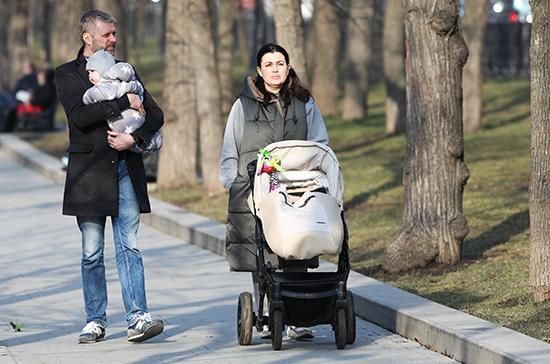 Женщинам не следует беременеть три месяца после COVID-19, заявили в Минздраве