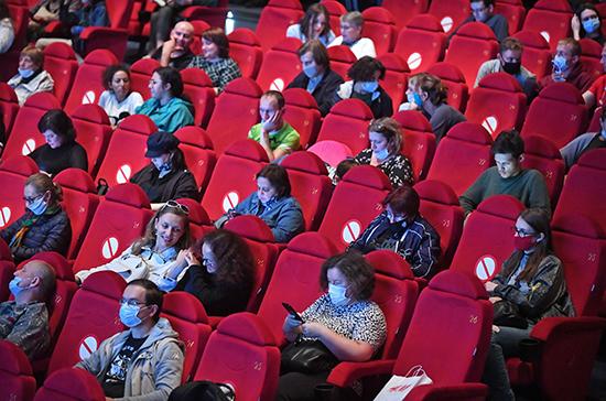 В Петербурге ослабили ограничения по COVID-19 для фуд-кортов и кинотеатров