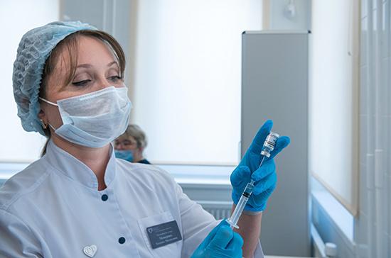 Масштабная вакцинация «Ковиваком» запланирована на весну, сообщил Фальков