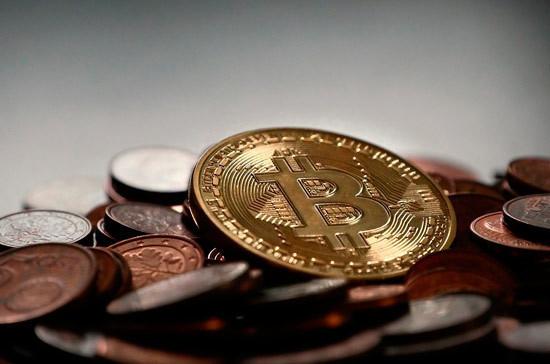 Стоимость биткоина упала на 8,3%