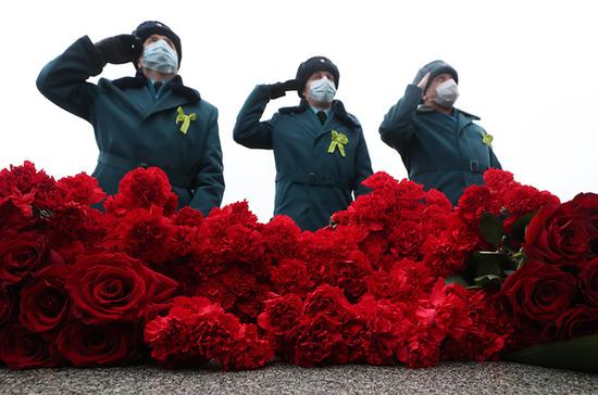 На Пискарёвском кладбище почтили память героев войны